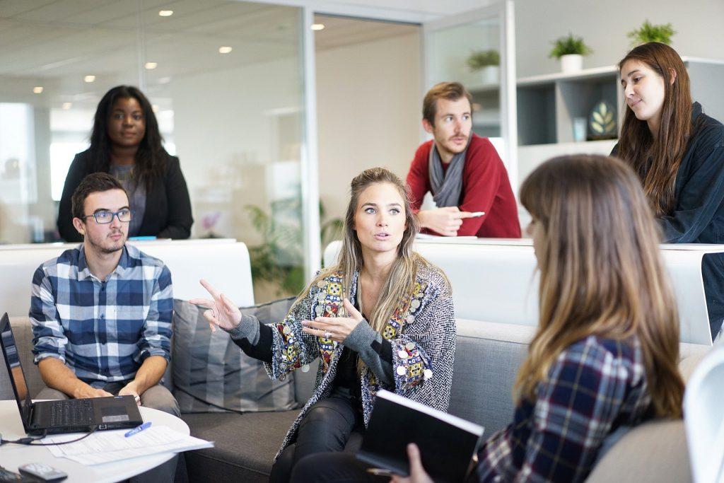 Junge Leute in einer Arbeitsgruppe