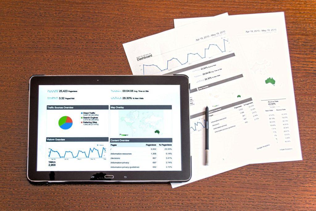 Tablet und Ausdruck mit Diagrammen