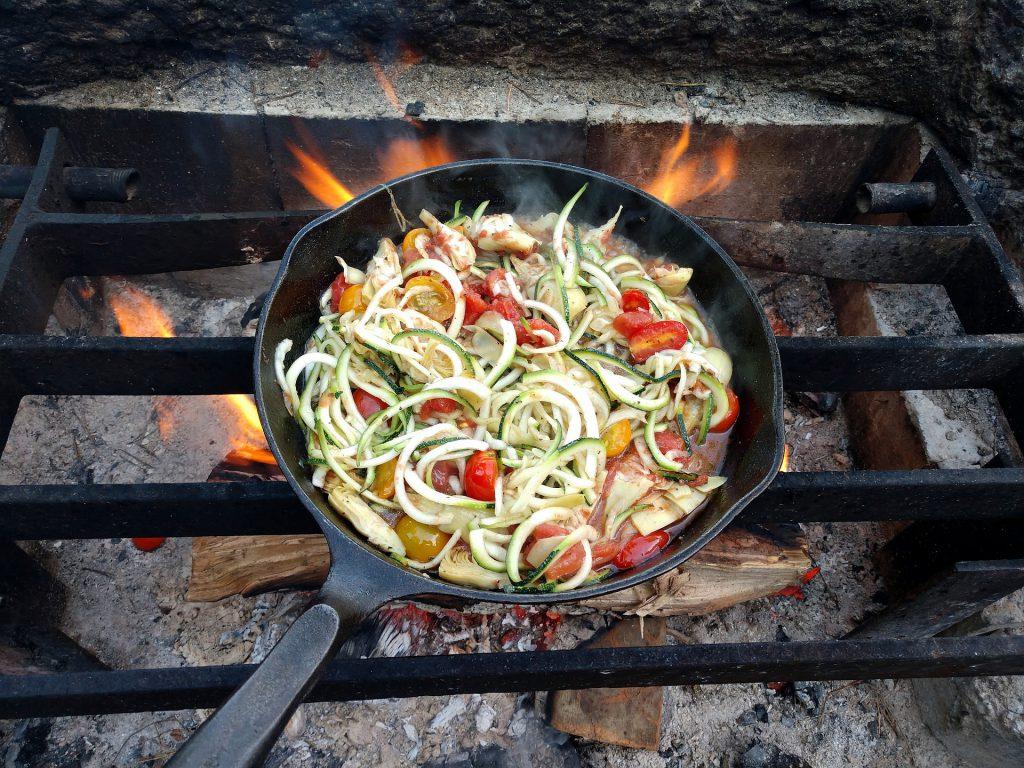 Gemüsepfanne auf Lagerfeuer